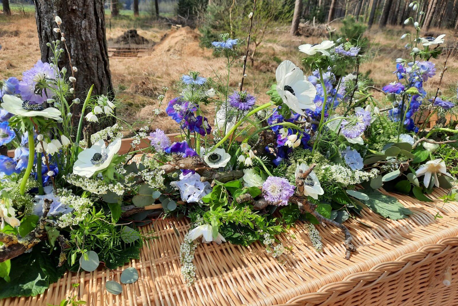Rouwbloemwerk voor op natuurbegraafplaats